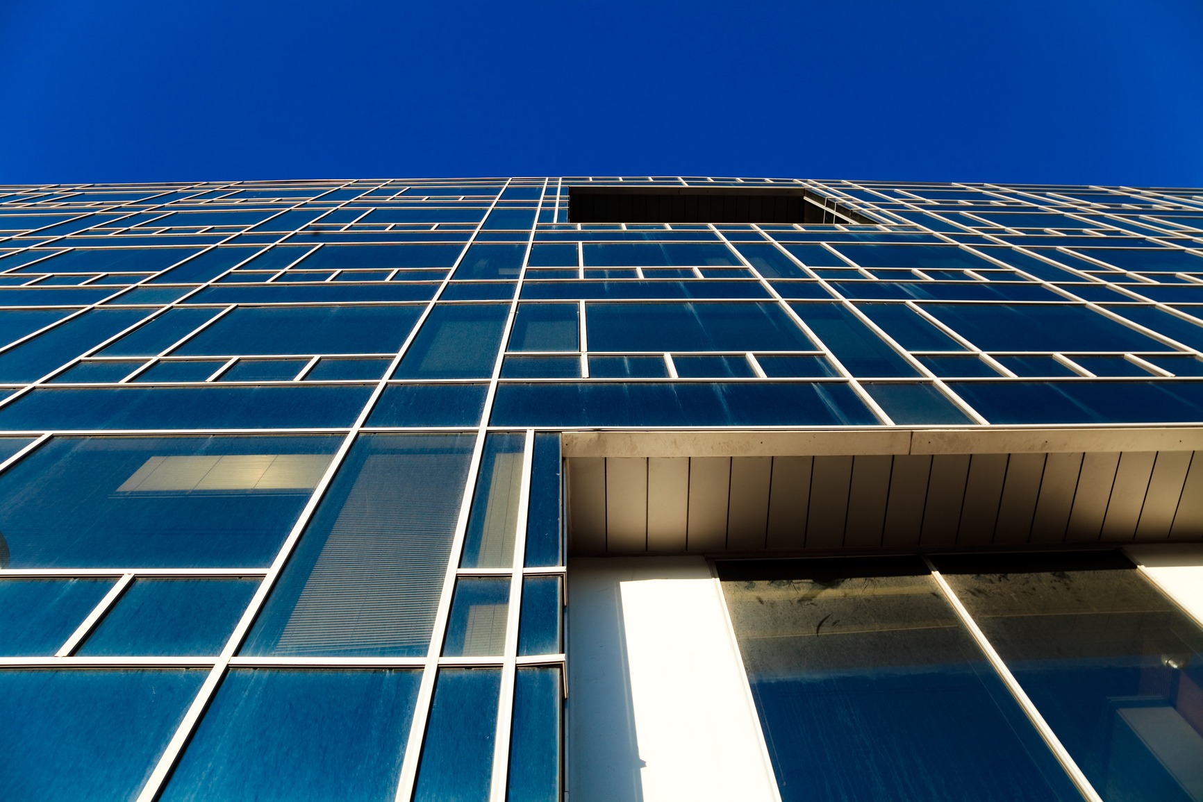 Office building on the basis of large windows and of modern style